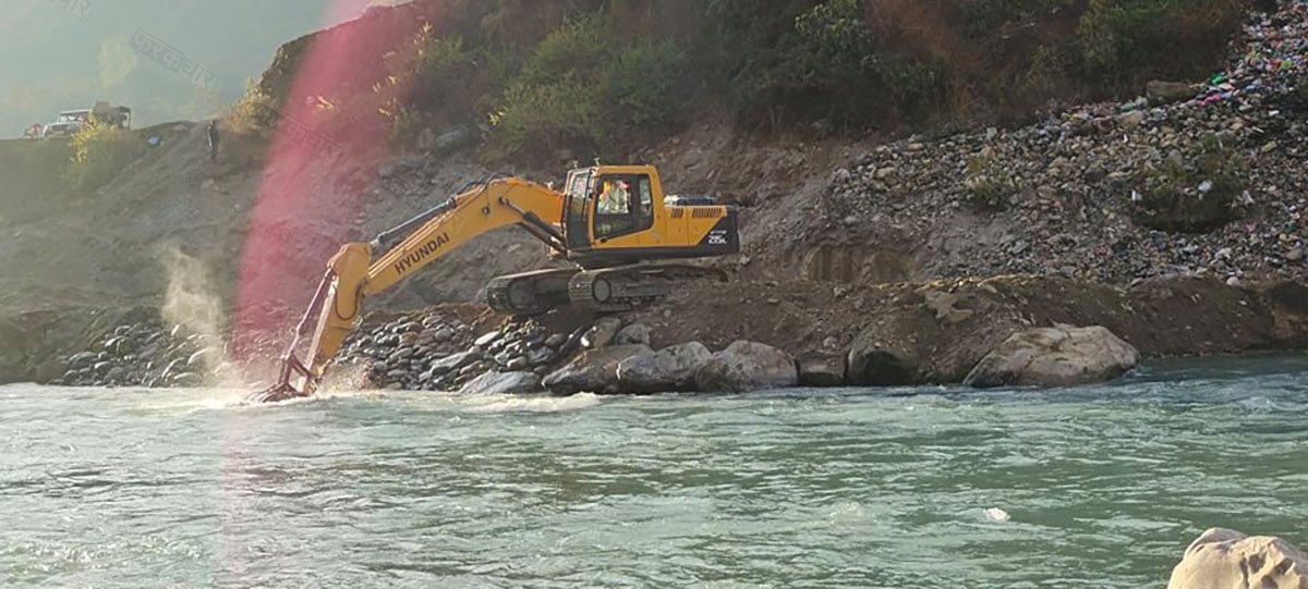 महाकाली नदीमा भारतीय जेसिबी ।