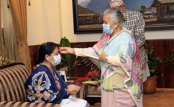 राष्ट्रपति भण्डारीले आमा मिथिला पाण्डेका हातबाट लगाइन् टीका